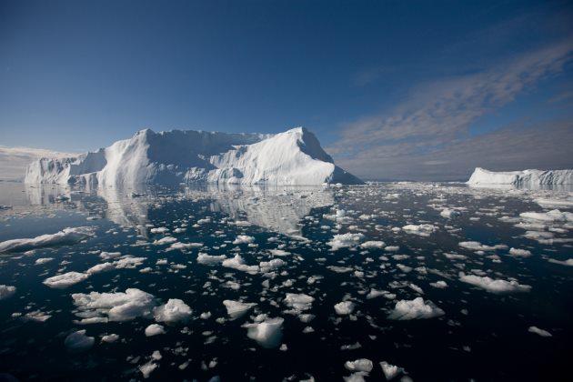 Eisberg treibt im Meer